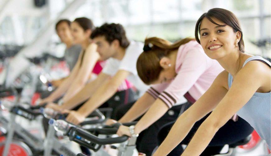 αίθουσα γυμναστηρίου με ποδήλατα
